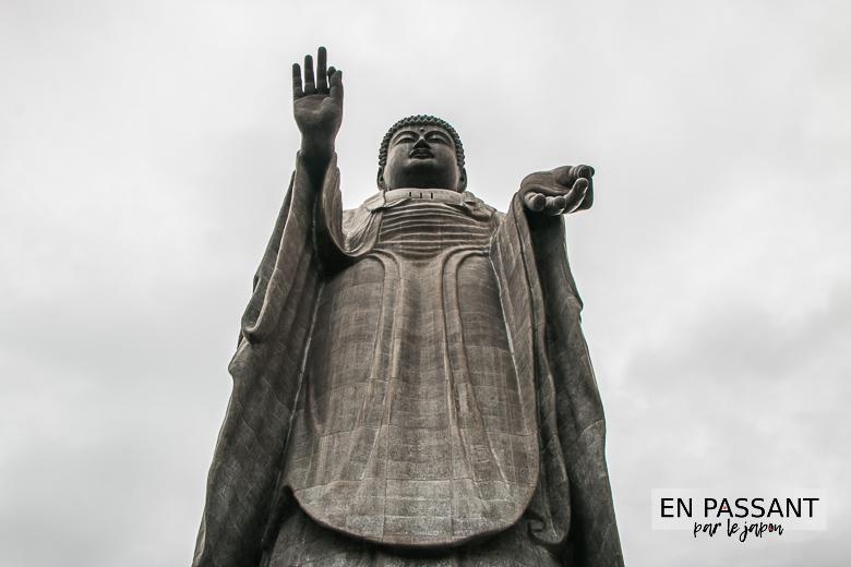 aux pieds du Ushiku Daibutsu